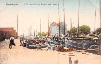 Ansichtkaart Vlaardingen An de Buitenhaven Kuipers aan het werk Visser schepen VL 90 Scheepvaart HC4849