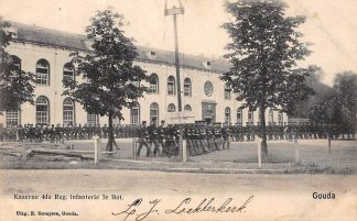 Ansichtkaart Gouda Kazerne 4de Reg. Infanterie 3e Bat. met marcherende soldaten op het oefenterrein langs de Bleekerssingel Militair Gompers HC4945