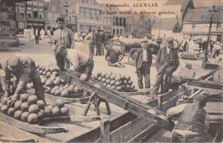 Ansichtkaart Alkmaar Kaasmarkt De kaas wordt in schepen geladen 1915 Straatleven Markt Volksleven HC4960