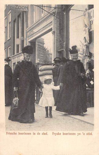 Ansichtkaart Leeuwarden Friesche boerinnen in de stad Fryske boerinnen yn 'e sted 1916 Klederdracht HC4984