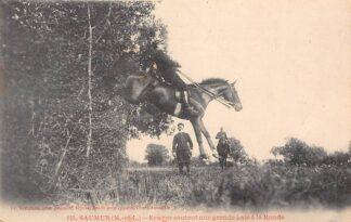 Ansichtkaart Saumur (M.-et-L.) Ecuyer sautant une grande haie a la Ronde 115 Militair te paard Spring ruiter Frankrijk France HC5151