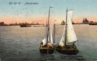 Ansichtkaart Amsterdam Vissers schepen uit Urk op het IJ Sleepboot Scheepvaart Schepen HC5328
