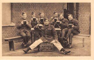 Ansichtkaart Belgie Beverloo Militair Kamp De lustige vrienden die hun verdriet verdrinken Leopoldsburg Bourg-Leopold Europa Soldaten HC5418