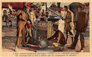 Ansichtkaart Belgie Militair Kamp Een vuilaard wordt door zijn kamer vrienden in de vuilnisbak geworpen Soldaten Europa HC5423