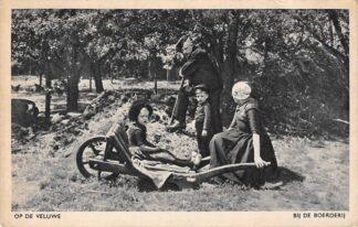 Ansichtkaart Veluwe Bij de boerderij met klederdracht 1949 HC5474