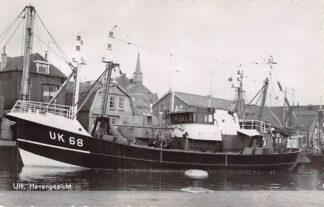 Ansichtkaart Urk Haven gezicht met kotter UK 68 Vissers schip HC5482