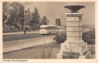 Ansichtkaart Nijmegen Bevrijdingsfakkel met auto bus 1949 HC5541