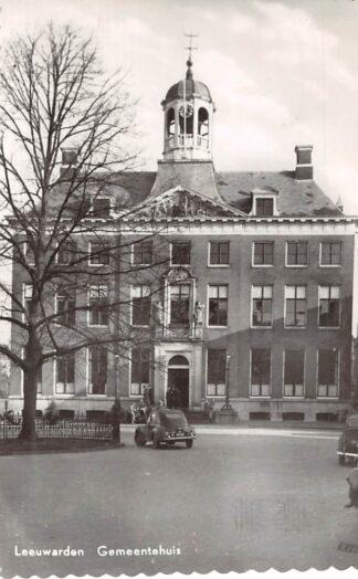 Ansichtkaart Leeuwarden Gemeentehuis met auto 1958 HC5580