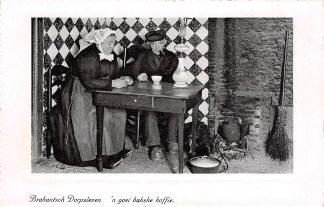 Ansichtkaart Noord-Brabant Dorpsleven 'n goei bakske koffie Klederdracht HC5635
