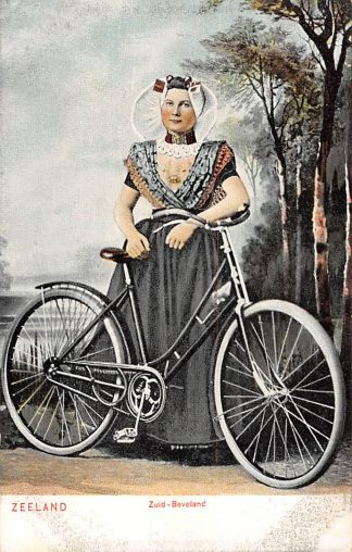 Ansichtkaart Zuid-Beveland Vrouw in klederdracht met fiets Zeeland HC5926