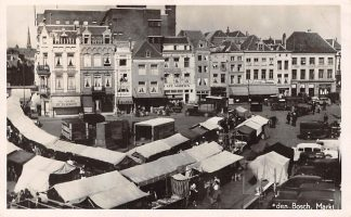 Ansichtkaart Den Bosch Markt Marktdag met kramen en vracht auto 1948 HC6064