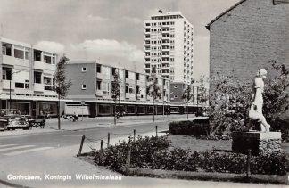 Ansichtkaart Gorinchem Koningin Wilhelminalaan met monument en auto 1965 HC6164