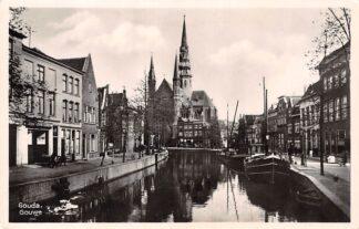 Ansichtkaart Gouda Gouwe vanaf Brug Groenendaal Binnen vaart schepen Scheepvaart R.K. Kerk HC6410