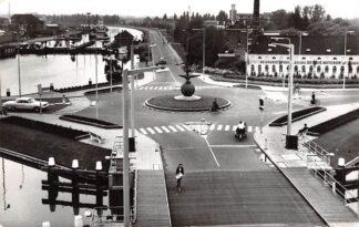 Ansichtkaart Gouda Bolwerk met sluis Nieuwe Gouwe en Stoomblekerij De Drie Nootebomen en monument HC6414