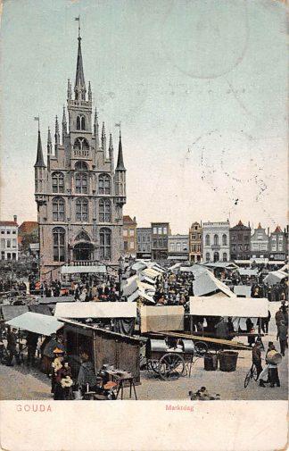 Ansichtkaart Gouda Markt Marktdag Stadhuis met kramen en volk Straatleven Volksleven 1906 HC6427