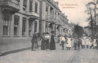 Ansichtkaart Doetinchem Van Nispenstraat met volk HC6523
