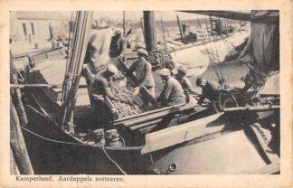 Ansichtkaart Kamperland Aardappels sorteren op schepen Noord-Beveland HC6553