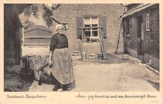 Ansichtkaart Noord-Brabant Dorpsleven Moei-ieg  komt ze met der kruiwaogel thuis Klederdracht HC6668