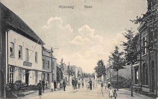 Ansichtkaart Beek (LB) Rijksweg met Hotel en volk 1920 HC6947