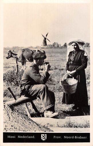 Ansichtkaart Noord-Brabant Dorpsleven Molen Mooi Nederland Boer en Boerin Klederdracht 1950 HC7113