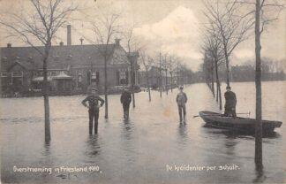 Ansichtkaart Wartena Overstrooming in Friesland 1910 De Kruidenier per schuit Watersnood HC7131
