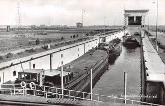 Ansichtkaart Tiel Amsterdam-Rijn kanaal met sluis en binnenvaart schepen Scheepvaart Schepen HC7156