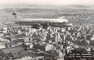 Ansichtkaart Zuid-Afrika D.C.7B South African Airways over Johannesburg Vliegtuigen South-Africa Afrika HC7225