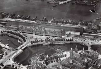 Ansichtkaart Amsterdam Centraal Station met een overkapping omstreeks 1925 Heruitgave 1975 KLM Luchtfoto HC7574