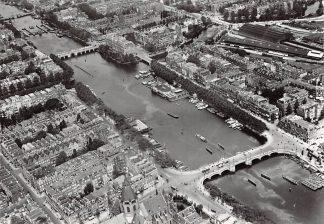 Ansichtkaart Amsterdam De Amstel met de nu verdwenen St. Willebrorduskerk en de clubhuizen van de roeiverenigingen de Hoop en Amstel omstreeks 1925 Heruitgave 1975 KLM luchtfoto HC7578