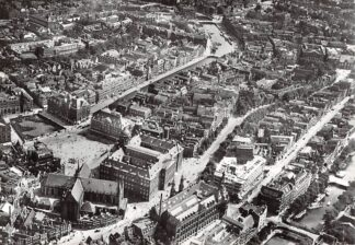 Ansichtkaart Amsterdam Damrak omstreeks 1925 Heruitgave 1975 KLM Luchtfoto HC7579