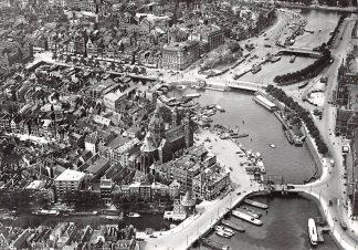 Ansichtkaart Amsterdam De Ruyterkade en St. Nicolaaskerk omstreeks 1926 KLM Luchtfoto Heruitgave 1975 HC7588