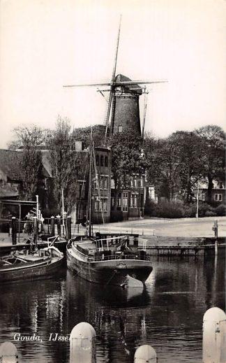 Ansichtkaart Gouda Ingang Havensluis IJssel vlak voor de sluiting Molen 't Slot binnenvaart schepen scheepvaart sluis 1959 HC7646