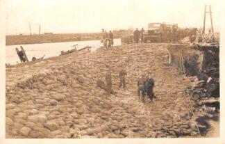 Ansichtkaart Ouderkerk aan den IJssel Fotokaart Watersnood Met zandzakken versterkte dijk bij de Gereformeerde Kerk HC7739