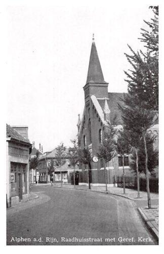 Ansichtkaart Alphen aan den Rijn Raadhuisstraat met Gereformeerde Kerk HC7994