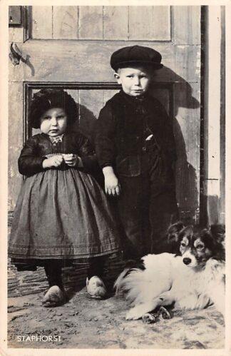 Ansichtkaart Staphorst Klederdracht Kinderen met hond 1942 HC8122