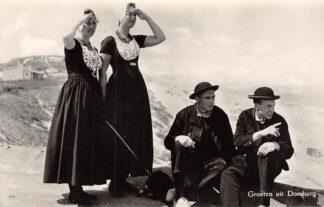 Ansichtkaart Domburg Groeten uit met vrouwen en mannen in klederdracht en hond in de duinen strand HC8128