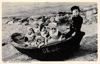 Ansichtkaart Urk Spelende kinderen in sloep Klederdracht HC8130