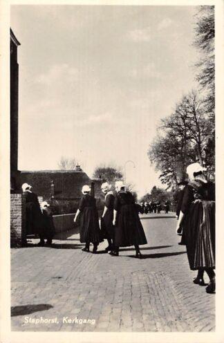Ansichtkaart Staphorst Kerkgang Klederdracht 1955 Uitgave Hotel Waanders HC8185
