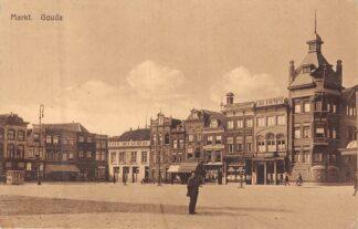 Ansichtkaart Gouda Markt Bank Hotel Café 1944  HC8206