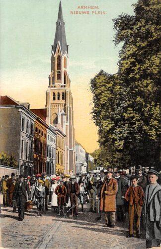 Ansichtkaart Arnhem Nieuwe Plein met Kerk en volk HC8293