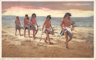 Ansichtkaart USA Indian Hopi Snake Hunters returning at sunset Indianen Verenigde Saten Noord-Amerika HC8309