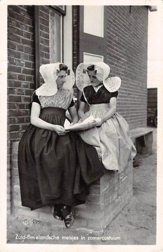 Ansichtkaart Middelburg Zuid-Bevelandsche meisjes in zomercostuum Klederdracht Zuid-Beveland Zeeland 1953 HC8436
