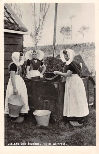 Ansichtkaart Zeeland Zuid-Beveland Vrouwen in klederdracht bij de waterput 1955 HC8440