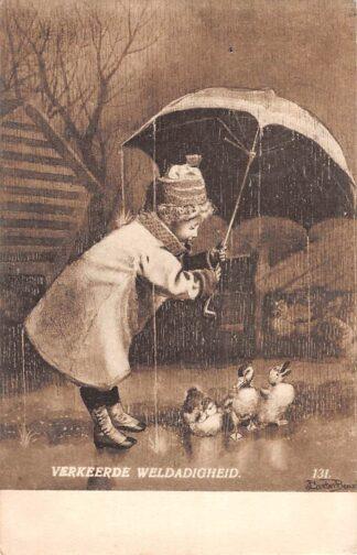 Ansichtkaart Fantasie Verkeerde weldadigheid Meisjes met paraplu en eendjes Kind Dieren 1910 HC8499