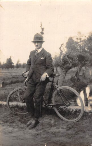 Ansichtkaart Onbekend Fotokaart Man met fiets in polder landschap HC8597