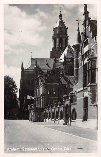 Ansichtkaart Arnhem Gemeentehuis en Groote Kerk HC8644