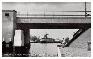 Ansichtkaart Alphen aan den Rijn Gouwluis met molen Binnenvaart schepen Scheepvaart HC8722