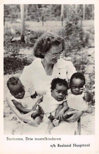 Ansichtkaart Suriname Drie Troetelkinderen v/h Bosland Hospitaal Ev. Broedergemeente Zeist HC8808