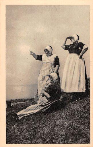 Ansichtkaart Urk Daor koem n z an Vrouwen in klederdracht in afwachting van de vloot HC8814