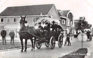 Ansichtkaart Borger Op weg naar de Boerenbruiloft Paard en wagen Klederdracht HC9048